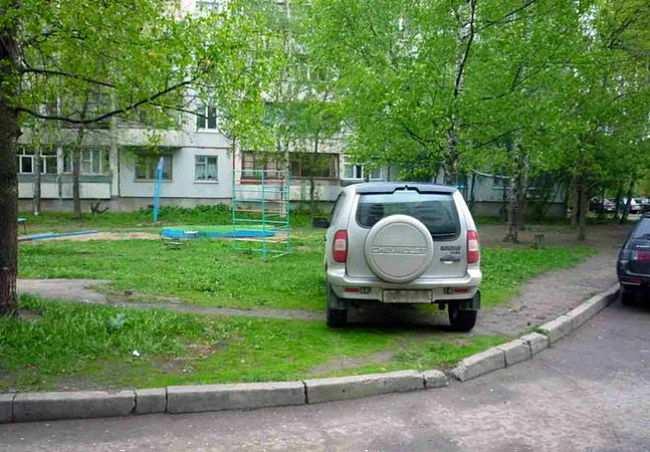 неправильная парковка на газоне