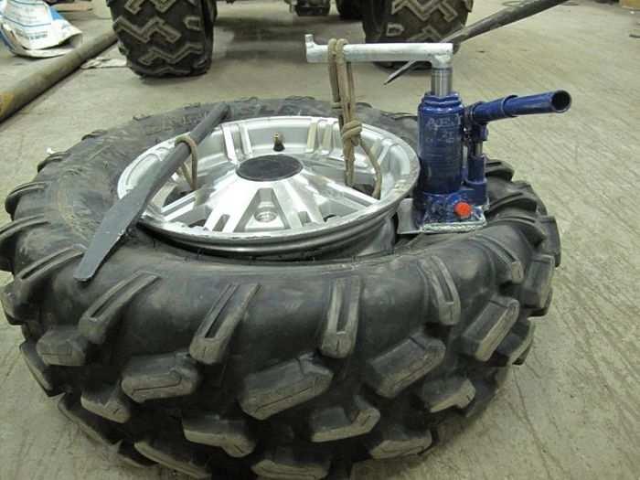 как разбортировать колесо с помощью домкрата