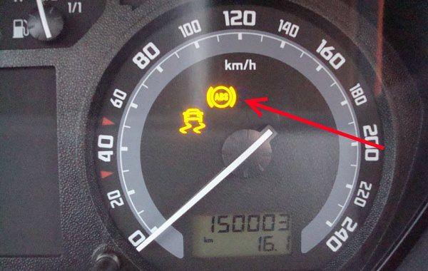 сигнал АБС на панели приборов автомобиля