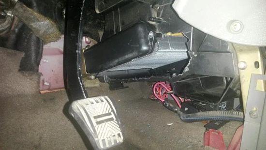 Радиатор вытаскивается в сторону педального блока