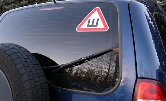 наклейка знака Шипы на стекле авто