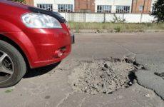 Попал в яму на дороге: что делать и на кого подавать в суд?