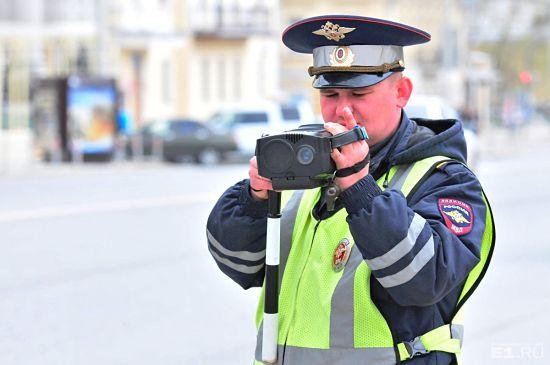 Инспектор фиксирует на видео нарушение ПДД