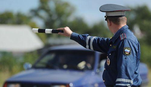 инспектор ГИБДД поверяет документы