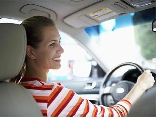 женщина-новичок за рулем