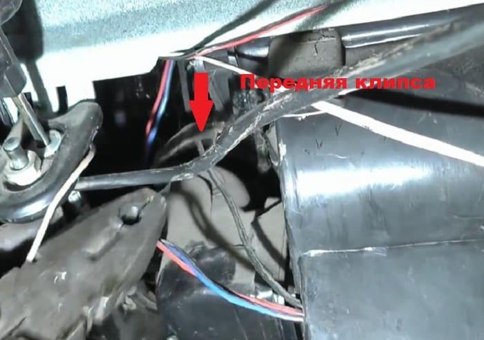 передняя клипса на которой крепится радиатор печки ваз 2107