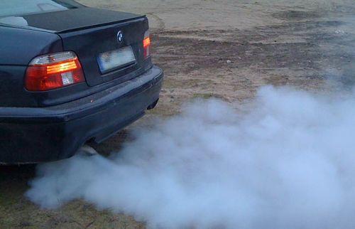 дым синего цвета из трубы автомобиля