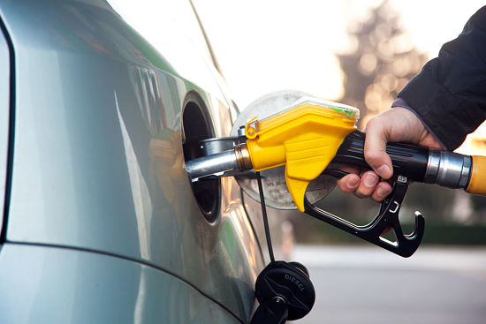 заправка топливом на бензоколонке